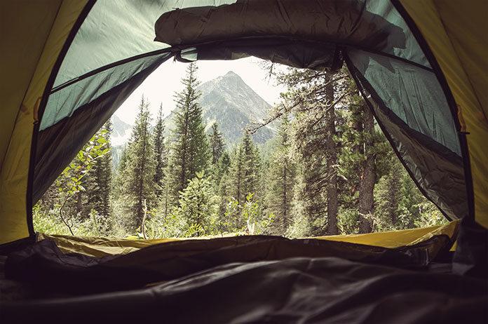 Jak przetrwać zimną noc w namiocie? Śpiwory puchowe, które gwarantują komfort termiczny w trudnych warunkach